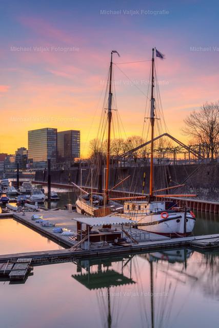 Segelschiff in der Marina Düsseldorf | Sonnenuntergang im Yachthafen Düsseldorf mit einem dort liegenden Segelboot. Im Hintergrund ist das Hyatt Hotel im Medienhafen zu sehen.