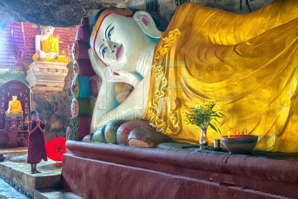 MW0117-4581 | Fotoserie DER ROTE SCHIRM | Betender Novize vor einer liegenden Buddha-Statue