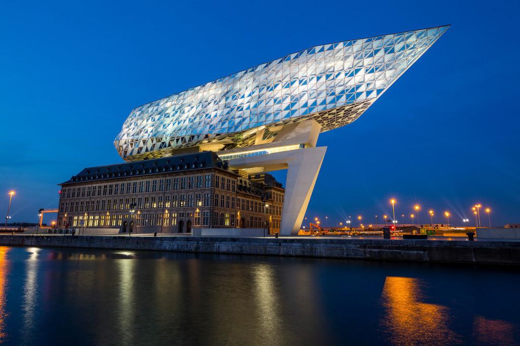 JT-180509-034 | Das Antwerp Port Authority Gebäude, in Antwerpen, Belgien, ehemalige Feuerwehrkaserne im Hafen, renoviert und mit einem aufgesetzten Glasbau, in Form eines Schiffsrumpf, Verwaltungssitz der Antwerp Port Authority,