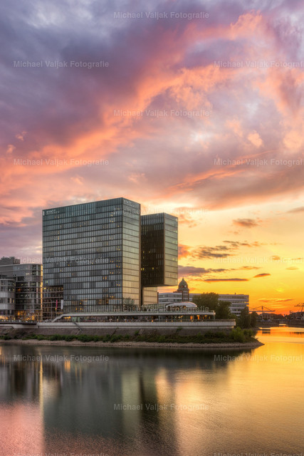 Hyatt Hotel im Medienhafen Düsseldorf   Farbenfroher Sonnenuntergang beim Hyatt Regency Hotel im Medienhafen Düsseldorf.