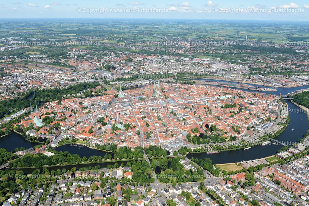 Lübeck_ELS_8480151106 | Lübeck - Aufnahmedatum: 10.06.2015, Aufnahmehoehe: 551 m, Koordinaten: N53°51.577' - E10°42.386', Bildgröße: 6986 x  4662 Pixel - Copyright 2015 by Martin Elsen, Kontakt: Tel.: +49 157 74581206, E-Mail: info@schoenes-foto.de  Schlagwörter;Foto Luftbild,Altstadt,HolstenTor,Kirche,Hanse,Hansestadt,Luftaufnahme,