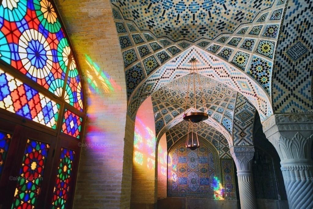 Nasir-ol-Molk-Moschee - Fenster   Die Nasir-ol-Molk-Moschee, auch bekannt als Rosafarbene Moschee, ist eine Moschee in Schiras, Iran. Sie liegt am Gowad-e-Arabān-Platz in der Nähe der Schāh-Tschérāgh-Moschee.  Die Moschee wurde im Zeitalter der Kadscharen-Dynastie erbaut. Die Bauzeit war von 1876 bis 1888, der Bau selbst lag unter der Aufsicht von Mirzā Hasan Ali (Nasir ol Molk), einem Anführer der Kadscharen. Die Architekten der Moschee waren Mohammad Hasan-e-Memār und Mohammad Rezā Kāshi-Sāz-e-Širāzi. Die Nasir-ol-Molk-Moschee befindet sich zentral gelegen in der Stadt am Goade-e-Araban-Platz und wird bis heute von Gläubigen benutzt. Damals rief eine Stiftung den Bau der Nasir-ol-Molk-Moschee ins Leben. Diese Stiftung betreibt die Moschee bis heute.
