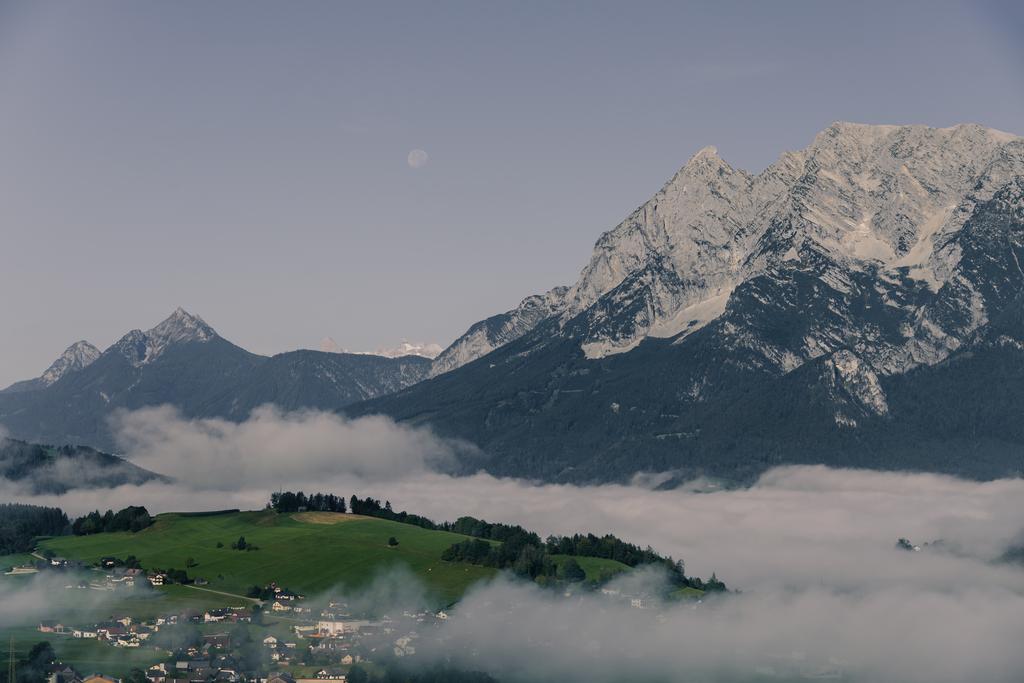 Moonrise | Der Nebel hängt in den Tälern des Ennstals. Der Mond steht über dem Grimming und der gröbminger Kammspitze. In der Ferne erkennt man die Spitzen des Dachsteins.