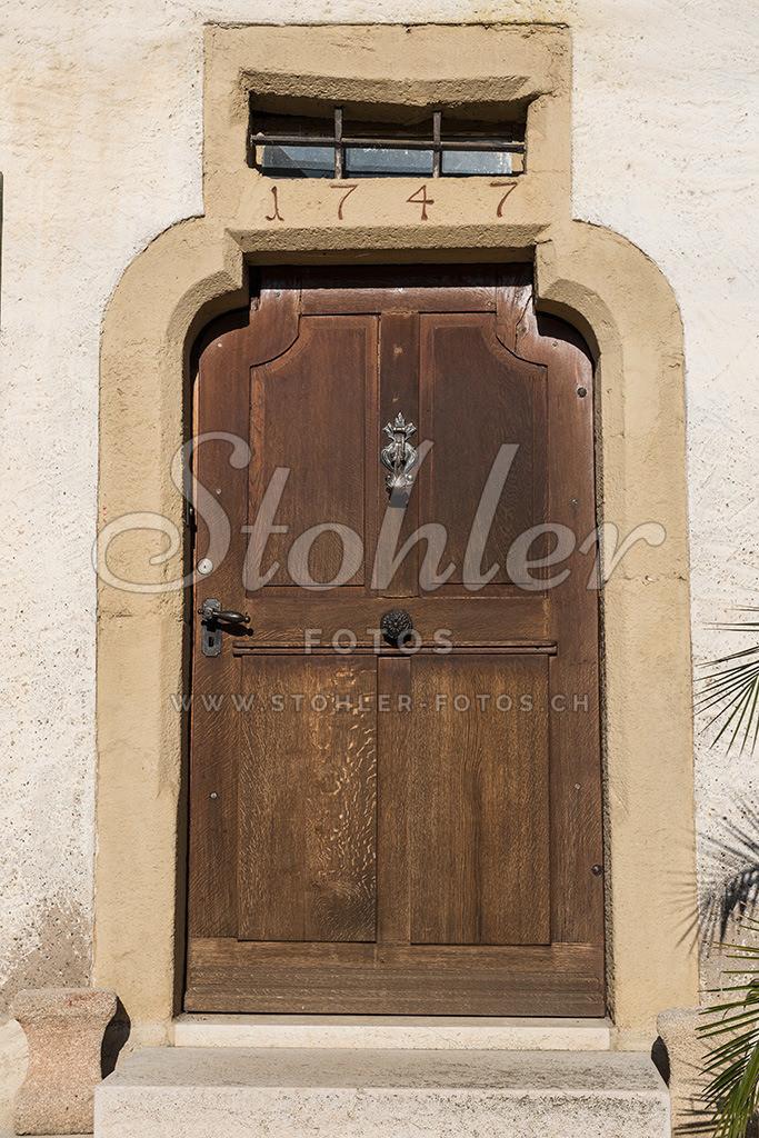 Bauernhaus, Rünenberg (BL)   Spezielle Türe eines Bauernhauses mit der Jahreszahl 1747, Rünenberg im Kanton Baselland.