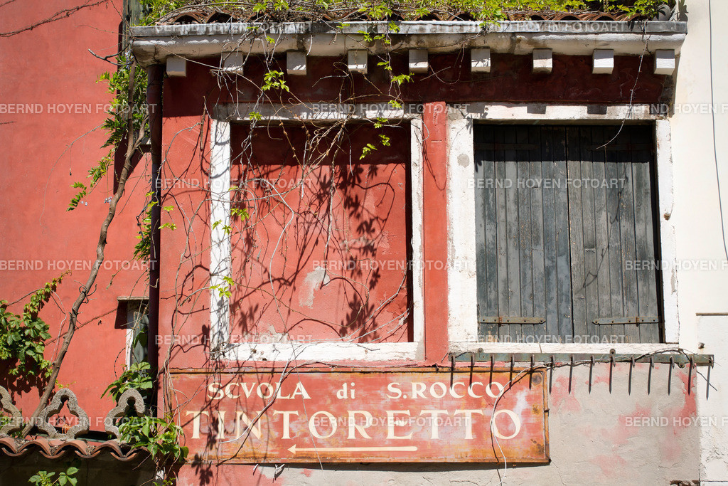 tintoretto | Foto einer alten Hauswand in Venedig, Italien. | Photo of an old house wall in Venice, Italy.