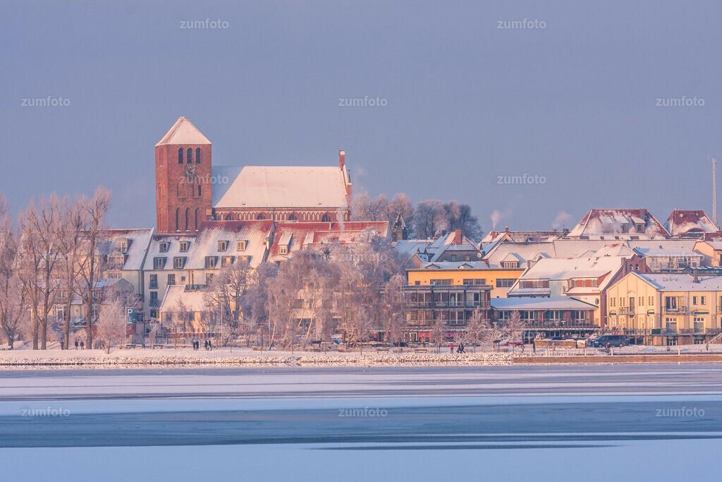 winterlicher Blick über die Müritz in Richtung Georgenkirche von Waren (Müritz)