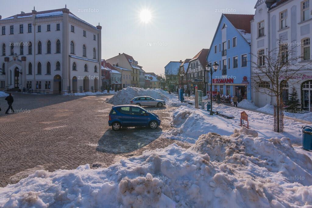 winterlicher Blick auf den Marktplatz von Waren (Müritz)