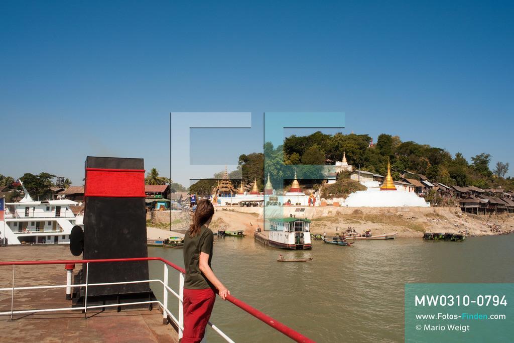 MW0310-0794 | Myanmar | Sagaing-Region | Reportage: Schiffsreise von Bhamo nach Mandalay auf dem Ayeyarwady | Stopp im Ort Tigyaing am Ayeyarwady. Touristin auf dem Oberdeck der IWT-Fähre Pyi Gyi Tagon 2.  ** Feindaten bitte anfragen bei Mario Weigt Photography, info@asia-stories.com **