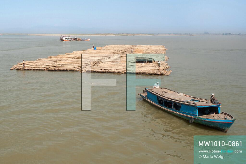 MW1010-0861 | Myanmar | Sagaing-Region | Reportage: Schiffsreise von Bhamo nach Mandalay auf dem Ayeyarwady | Bambusfloß auf dem Ayeyarwady  ** Feindaten bitte anfragen bei Mario Weigt Photography, info@asia-stories.com **