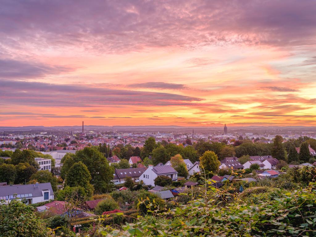 Farbenfroher Sonnenaufgang über Bielefeld   Farbenfroher Sonnenaufgang über der westlichen Innenstadt von Bielefeld im Oktober.