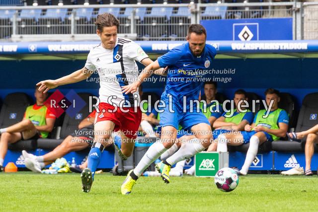 Fußball, Herren, Testspiel, Hamburger SV - FC Hansa Rostock, Volksparkstadion, 09.08.2020 | Lukas Pinckert (#38 HSV), Pascal Breier (#39 Hansa Rostock)