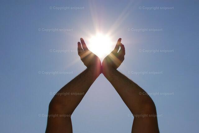 Sonne in den Händen | Aufnahme mit erzwungener Perspektive von einem die Sonne haltenden Mann.