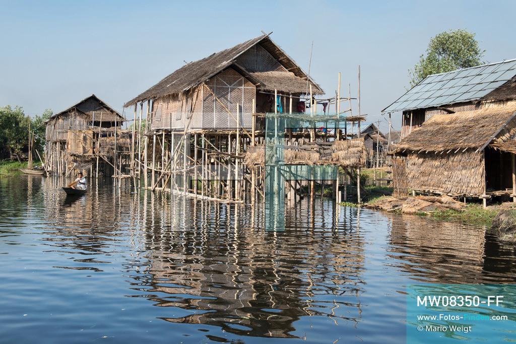 MW08350-FF | Myanmar | Inle-See | Nyaungshwe | Reportage: Ye Lin lebt auf dem Inle-See | Wie Ye Lin wohnen alle Bewohner vom Inle-See in Stelzenhäuser, gebaut aus Bambus und Holz. Der 8-jährige Ye Lin Yar Zar lebt mit seinen Eltern in einem Pfahlhaus auf dem Inle-See. Er gehört zur ethnischen Gruppe der Intha und beherrscht die einzigartige Einbeinrudertechnik, um zur Schule zukommen.  ** Feindaten bitte anfragen bei Mario Weigt Photography, info@asia-stories.com **