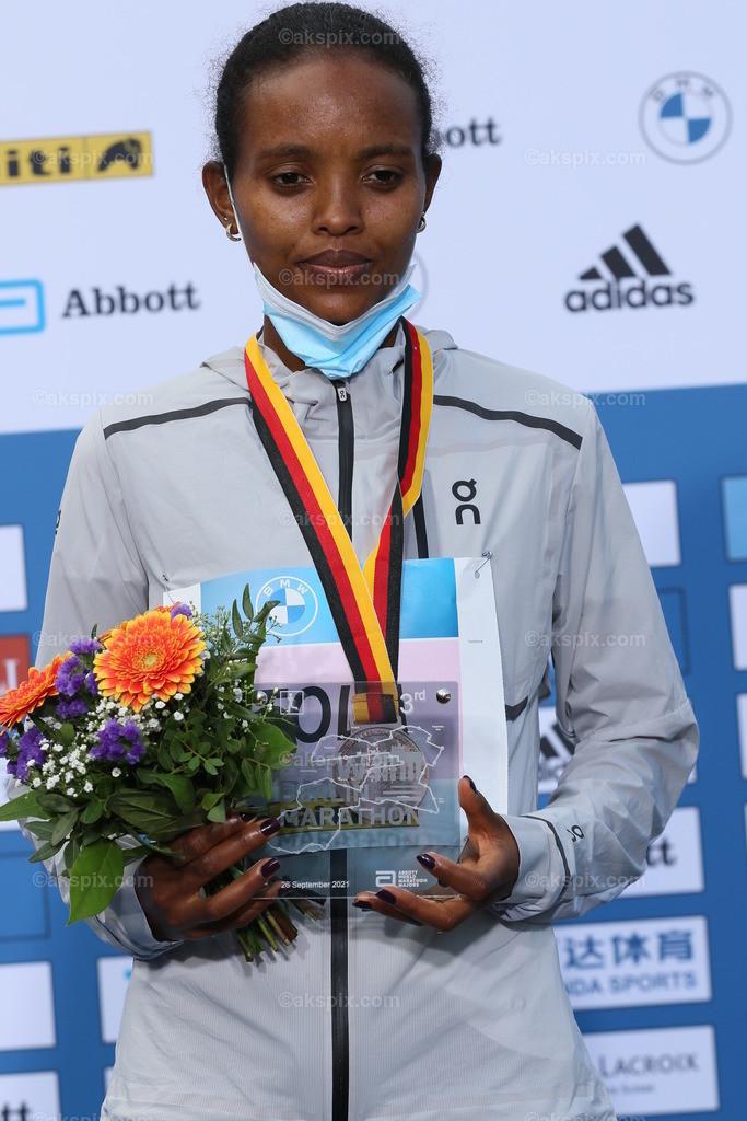 Äthioperin Gotytom Gebreslase gewinnt den Berlin-Marathon 2021 der Frauen   26.09.2021, Berlin, Deutschland. 26.09.2021, Berlin, Deutschland. Bei den Frauen gewinnt Äthioperin Gotytom Gebreslase mit 02:20:09 Strunden, den zweiten Platz gewinnt Hiwot Gebrekidan aus Äthiopien mit 2:21:23 Stunden und Helen Tola auch aus Äthiopien gewinnt den dritten Platz mit 02:23:05 Stunden. Beste deutsche Läuferin kommt auf Rang neun Rabea Schöneborn mit 2:28:49. Das Bild zeigt Helen Tola.
