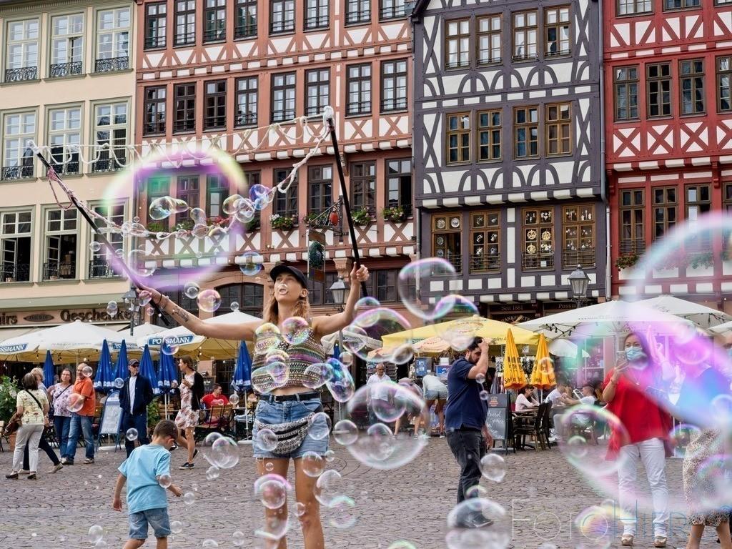 Seifenblasen   Seifenblasen vor der Ostzeile auf dem Römerberg in Frankfurt am Main