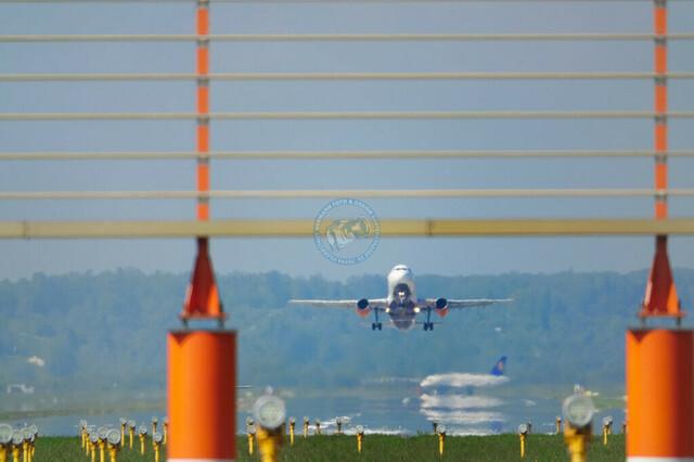 Runway und Flugzeuge am Flughafen Stuttgart | DEU/Deutschland, Baden-Württemberg, Stuttgart-Flughafen, 26.06.2019, Runway und Flugzeuge am Flughafen Stuttgart, © 2019 Christoph Hermann Bild-Kunst Urheber 707707
