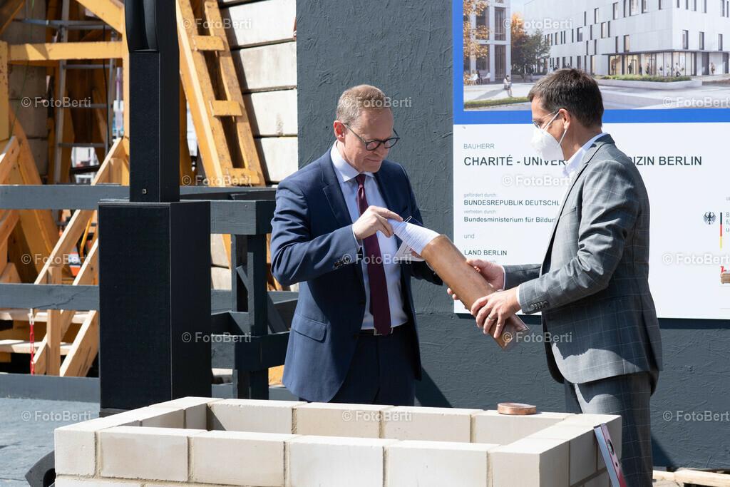 Grundsteinlegung der Forschungsgebäude Si-M & BeCat   Berlins Bürgermeister Michael Müller befüllt die Timecapsule
