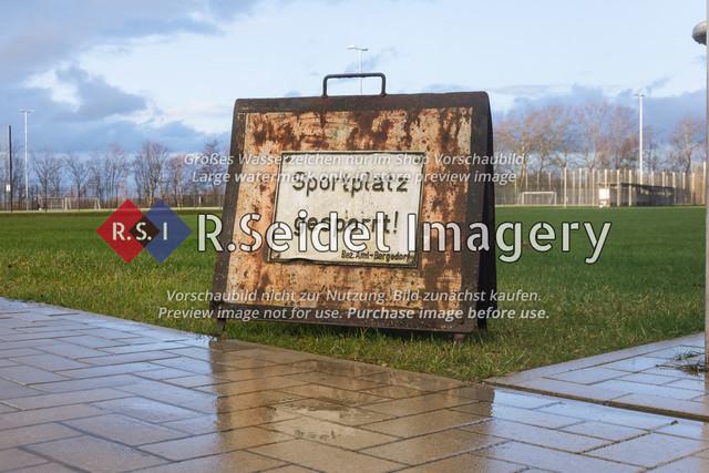 Sportplatz gesperrt! – Bezirksamt Bergedorf   rostiges Hinweisschild zur Sperrung des Rasenplatzes wegen starker Regenfälle