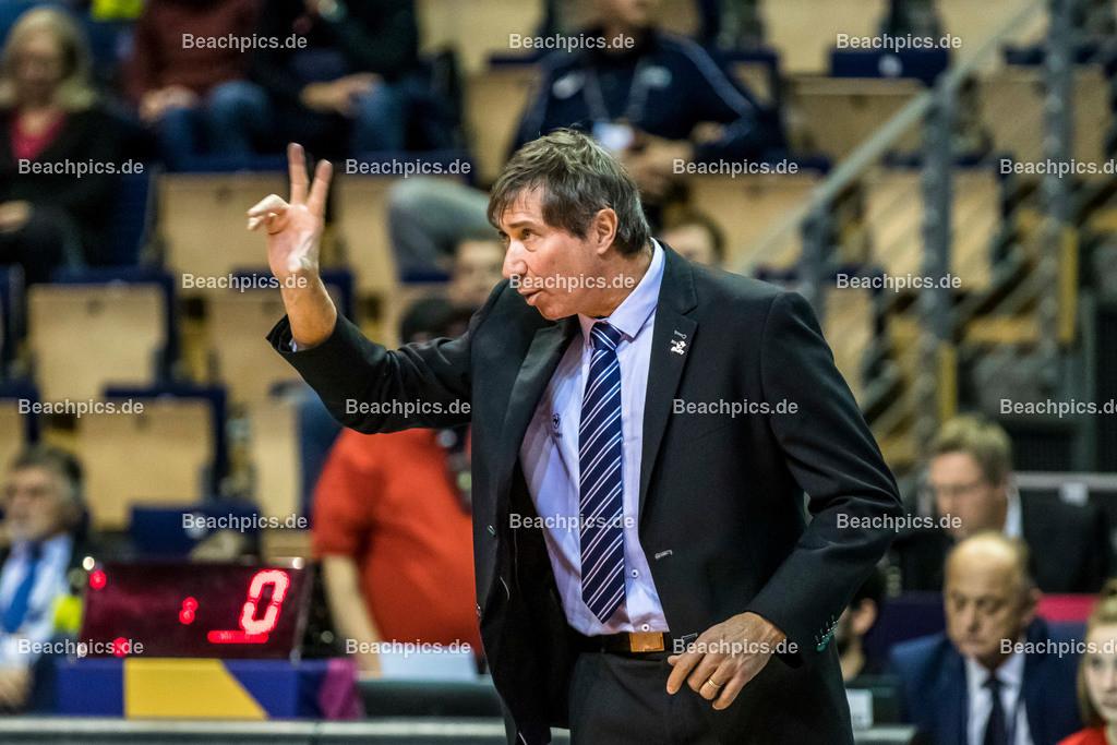 2020-00057096-CEV-European-Olympic-Qualification-Tokyo-2020 | TILLIE Laurent (Head Coach - FRA) zeigt drei Finger; 06.01.2020; Berlin, ; Foto: Gerold Rebsch - www.beachpics.de