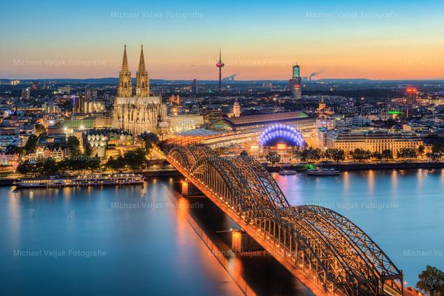 Blick über Köln am Abend | Nach Sonnenuntergang ist Köln eine richtig schöne und bunte Stadt, vor allem bei so einem herrlichen Wetter mit einem schönen bunten Himmel durch die Dämmerung.