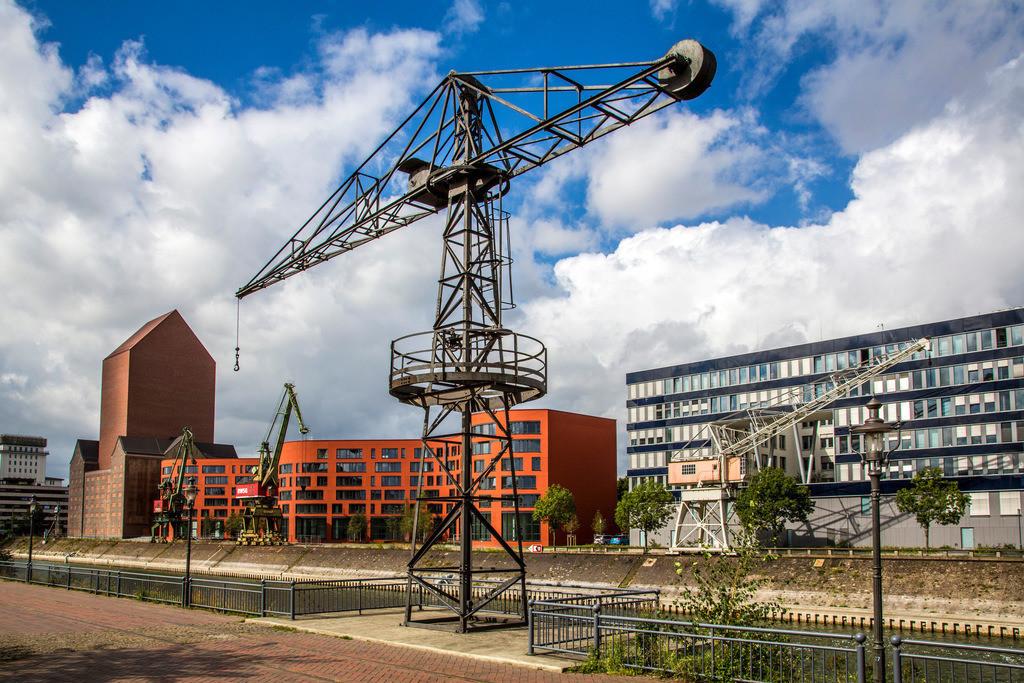 JT-130917-427 | Innenhafen Duisburg. Neues NRW Landesarchiv. Umgebauter Archivturm im ehemaligem RWSG-Speichergebaeude, daneben der wellenförmige Neubau.