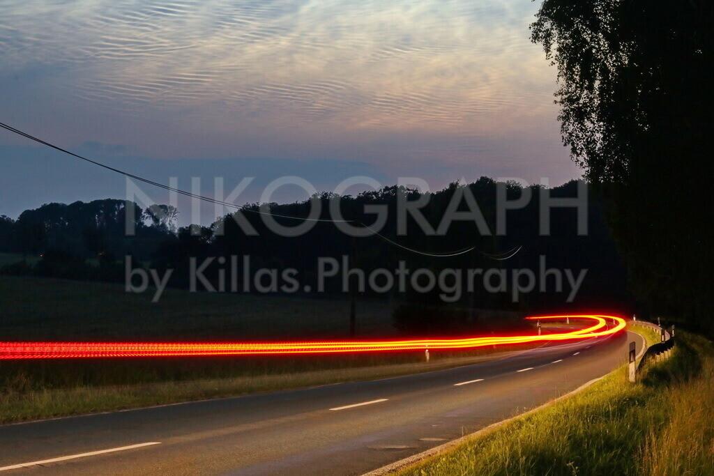 Landstraße im Abendlicht | Lighttrails an einer Landstraße im Abendlicht.