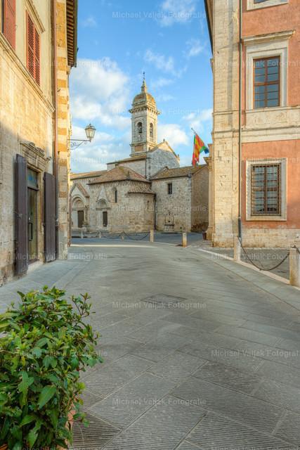 San Quirico d'Orcia, Toskana | Blick zur Kirche Collegiata dei Santi Quirico e Giulitta in San Quirico d'Orcia in der Toskana.