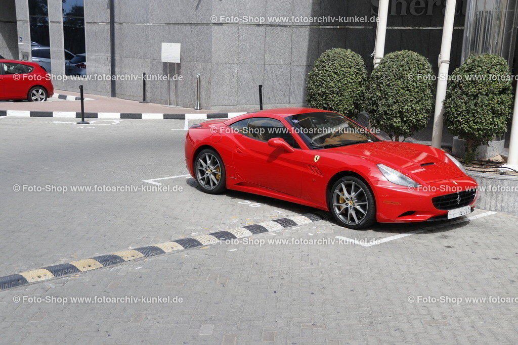 Ferrari California, Coupé-Roadster 2 Türen, 2008-12 | Ferrari California, Coupé-Roadster 2 Türen, rot, Bauzeit: 2008-2012, Hersteller: Ferrari, Italien, Aufnahme vor den Sheraton Jumeirah Beach Resort in Dubai