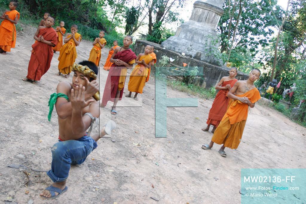 MW02136-FF | Thailand | Goldenes Dreieck | Reportage: Buddhas Ranch im Dschungel | Abt Phra Khru Bah Nuachai Kosito und sein Sohn Decho lernen den jungen Mönchen Muay Thai (Thaiboxen). Novize Pansaen in der roten Robe konzentriert sich auf das Training.  ** Feindaten bitte anfragen bei Mario Weigt Photography, info@asia-stories.com **
