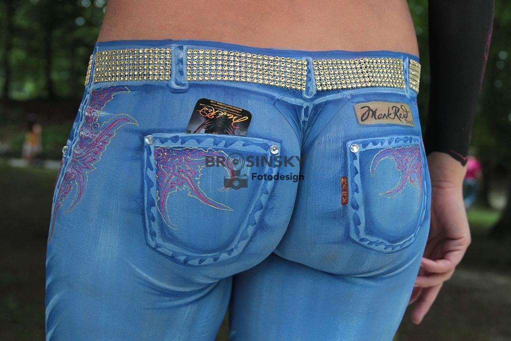 Jeans   Format 3x2 Nein, es ist keine Jeans. Der Künstler, Mark Reid hat das Gesäß und die Beine des Models derart gekonnt bemalt, dass es überzeugend angezogen wirkt.