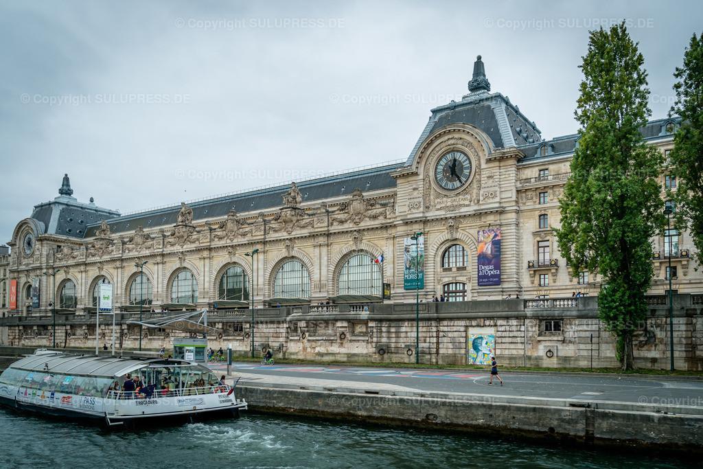 Das Musée d'Orsay in Paris   22.09.2019, das 1986 eröffnete Musée d'Orsay ist ein Kunstmuseum im 7. Arrondissement von Paris. Es liegt am südlichen Ufer der Seine gegenüber dem Tuileriengarten. Das Gebäude war ursprünglich ein Bahnhof, der Gare d'Orsay. Er wurde anlässlich der Weltausstellung des Jahres 1900 von Victor Laloux erbaut und bis 1939 für den Fernverkehr in den Südwesten Frankreichs genutzt.