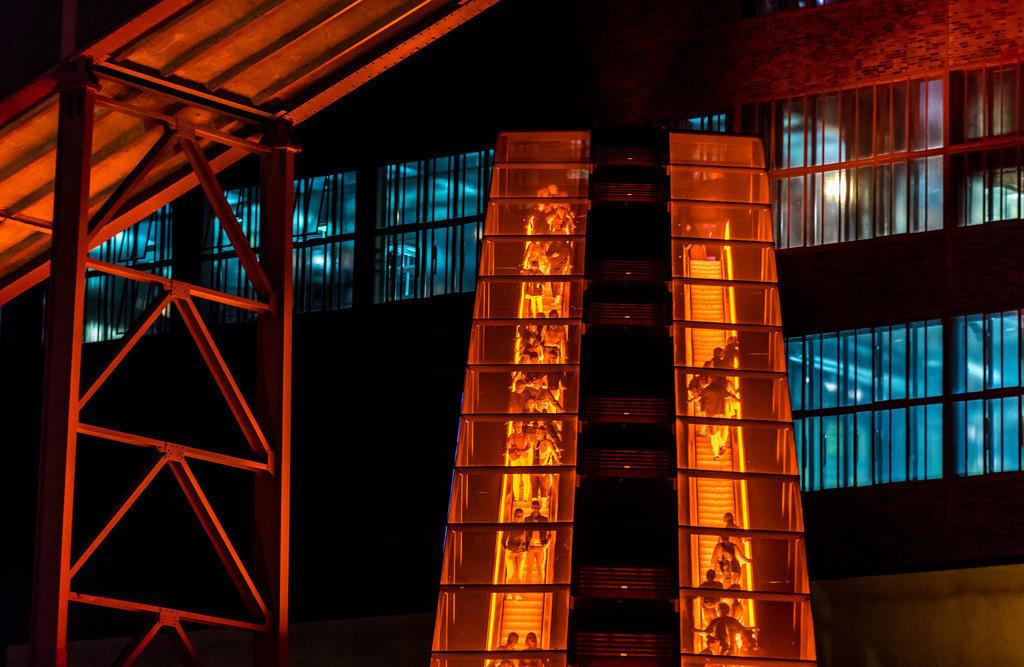 ZV-JT-180630-336 | Welterbe Zeche Zollverein, Essen,  Rolltreppe zum Ruhrmuseum, rot beleuchteten Fahrtreppe,