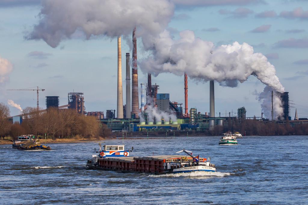 JT-170205-024   Rhein bei Duisburg Bruckhausen, Marxloh, Thyssenkrupp Steel Stahlwerk, Hochöfen, Sinteranlage, Kokerei Schwelgern, Frachtschiffe,