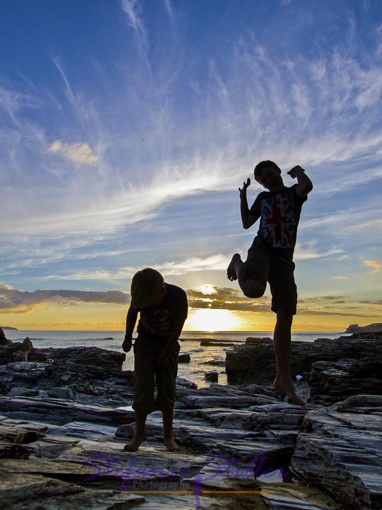 Sprung in den Sonnenuntergang | Zwei Jungs springen vor Freude in den Sonnenuntergang