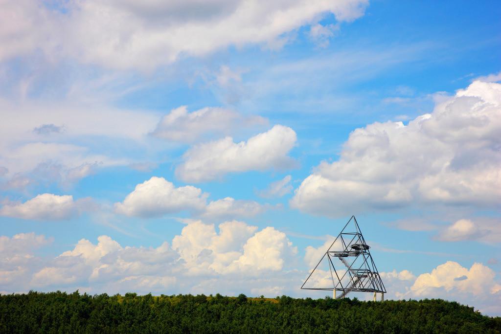JT-120715-005 | Landmarkenkunst auf der Halde an der Beckstrasse, der Tetraeder. Entworfen von Wolfgang Christ. Begehbare Stahlpyramide,rd. 50 Meter hoch. Aussichtsplattform. Bottrop, NRW, Deutschland, Europa.