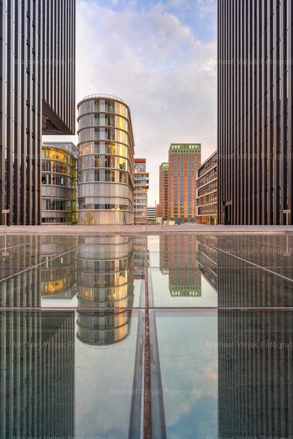 Spiegelung im Medienhafen Düsseldorf | Spiegelung in einem Glasdach zwischen dem Hyatt Regency Hotel auf der linken und einem Bürogebäude auf der rechten Seite.