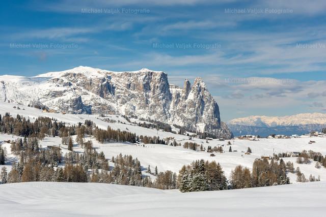 Winter auf der Seiser Alm   Blick zum Schlern auf der Seiser Alm im Winter.