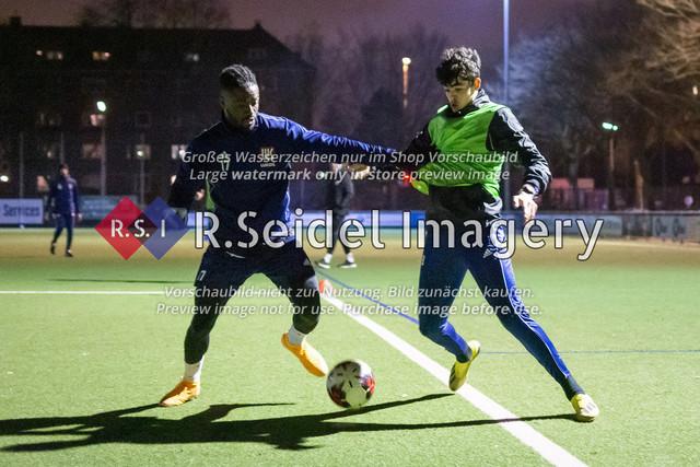 Nach Pandemie- und Winterpause darf der FC Teutonia 05 endlich das Training am Sportplatz Kreuzkirche wieder aufnehmen | Davidson Eden und Nicolo Mikael Avellino im Zweikampf beim Trainingsspiel
