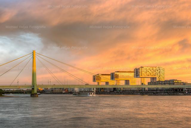 Kranhäuser Köln und Severinsbrücke   Es war ein gigantischer Sonnenuntergang in Köln an diesem Abend im Juni. Die Sonne ging etwa 100° weiter rechts unter, doch sie war so intensiv, dass sie auch die Wolken über den Kranhäuser regelrecht in Flammen versetzte.