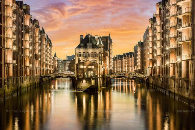 Wasserschloss in der Speicherstadt in Hamburg | Das Wasserschloss in der Speicherstadt in Hamburg ist ein sehr beliebtes Ziel und vor allem bei Teeliebhabern sehr bekannt, da es ein Teekontor und Café beinhaltet, in dem ausgelesene Teesorten probiert und gekauft werden können. Nach Sonnenuntergang entfacht die Beleuchtung der Gebäude die ganze Schönheit dieser einmaligen Location.