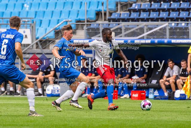 Fußball, Herren, Testspiel, Hamburger SV - FC Hansa Rostock, Volksparkstadion, 09.08.2020 | Erik Engelhardt (#9 Hansa Rostock), Stephan Ambrosius (#35 HSV)
