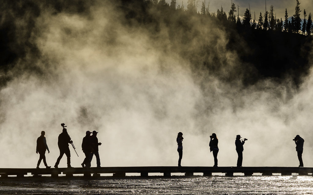 Besucher am Grand Prismatic Spring im Yellowstone Nationalpark © Holger Rüdel | Besucher des Yellowstone Nationalparks am Grand Prismatic Spring im Midway Geyser Basin im Gegenlicht