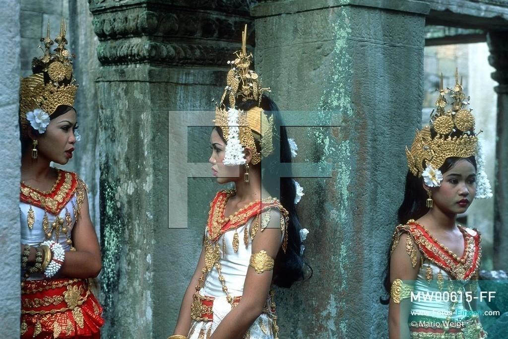 MW00615-FF   Kambodscha   Siem Reap   Reportage: Apsara-Tanz   Apsara-Tänzerinnen im Tempel Preah Khan. Kambodschas wichtigstes Kulturgut ist der Apsara-Tanz. Im 12. Jahrhundert gerieten schon die Gottkönige beim Tanz der Himmelsnymphen ins Schwärmen. In zahlreichen Steinreliefs wurden die Apsara-Tänzerinnen in der Tempelanlage Angkor Wat verewigt.   ** Feindaten bitte anfragen bei Mario Weigt Photography, info@asia-stories.com **
