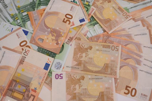 Viele durcheinanderliegende Geldscheine | Hintergrund aus vielen Eurobanknoten.