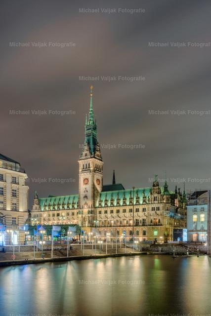 Rathaus Hamburg | Blick von den Alsterarkaden über die Kleine Alster zum Hamburger Rathaus bei Nacht.