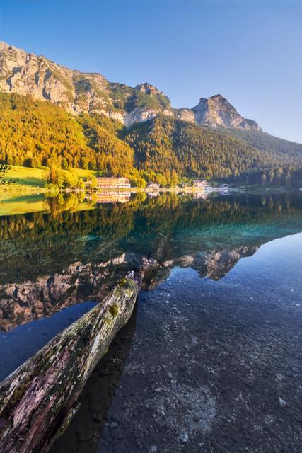 Romantik am Hintersee | Der Sommer 2018 war ein Rekordsommer. So viele Sonnentage gab es selten. Auch im bayrischen Gebirge war der Himmel oft wolkenlos. So wie hier am Hintersee. Kurz nach Sonnenaufgang war es noch windstill und so spiegelte sich im Wasser die Landschaft der Berchtesgadener Alpen.
