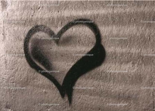 Grafitti Herz schwarz silber | schwarzes Grafitti-Herz auf Silbernem Hintergrund bei Tageslicht