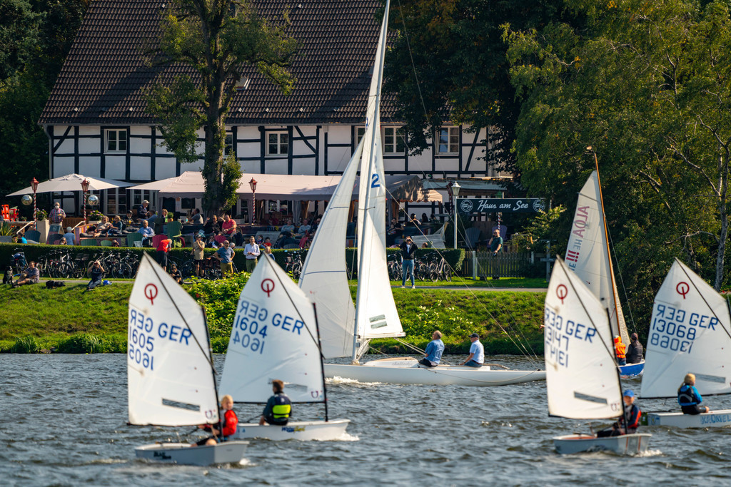 JT-200912 | Der Baldeneysee in Essen, Stausee der Ruhr, Segelboote, Essener Segelwoche Segelregatta, Haus am See Biergarten, Essen, NRW, Deutschland