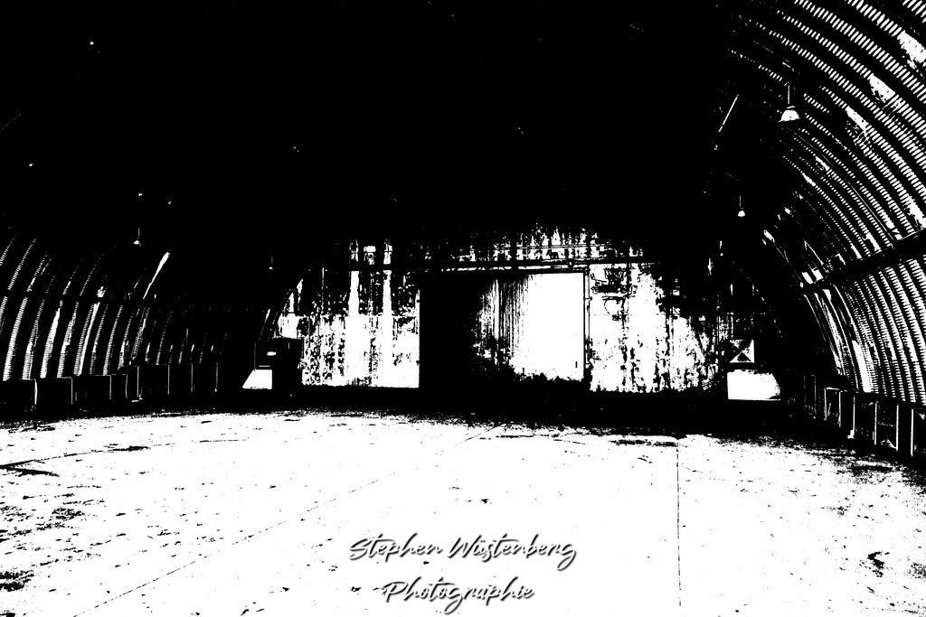 DSC00659_LostPlaces_SembachShelterInside_3 | Verfremdete Schwarzweiss-Aufnahmen eines Flugzeugbunkers (Shelter) auf dem Gelände des ehemaligen Militärflugplatzes Sembach Air Base. Bearbeitet wurden die Bilder mit GIMP.