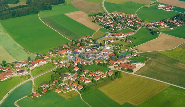 luftbild-nussdorf-chiemgau-bruno-kapeller-015 | Luftaufnahme von Nußdorf im Chiemgau, Sommer 2018. Das Dorf befindet sich ca.5 km vom Chiemsee entfernt, Landkreis Traunstein.